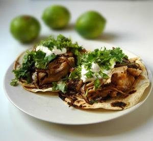 Tacos di pollo tequila lime con cipolle caramellate