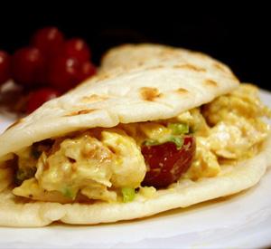 Tacos di pollo, noci e uva rossa