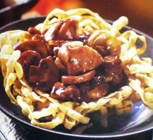 Nidi di noodles con pollo chow mein
