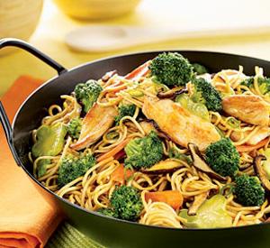 Spaghetti con salsiccia di pollo e broccoletti