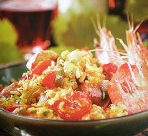 Paella all'aperto con gamberi