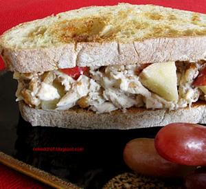 Sandwich con insalata di pollo mele e noci
